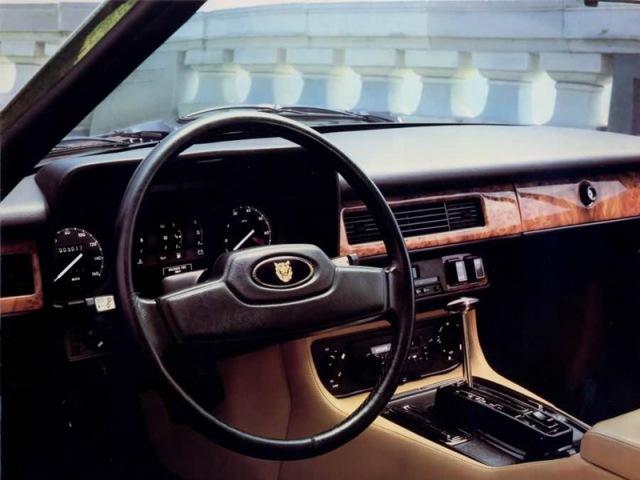 Interiören förbättrades i flera omgångar. Här en bil från tidigt 80-tal efter en första uppfräschning med mer ädelträ. En härligt engelsk, intim plats att befinna sig på vid lång-långa körpass!