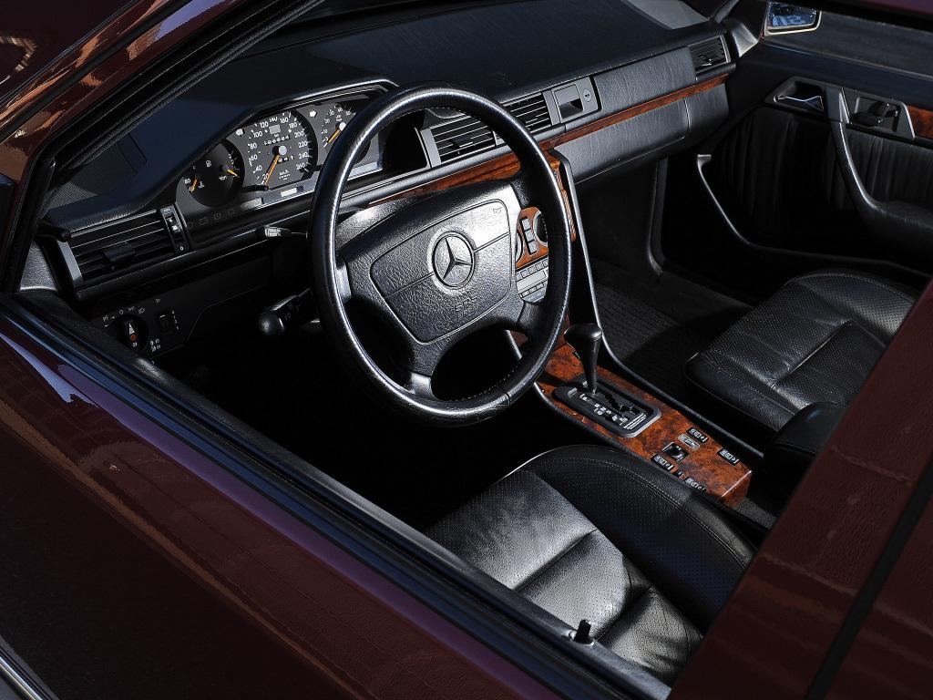 Den ytterst propra, ergonomiska interiören i Mercedes W124 var före sin tid när modellen kom 1985. I 500E råder överdådig lyx. Oerhört välbyggt!