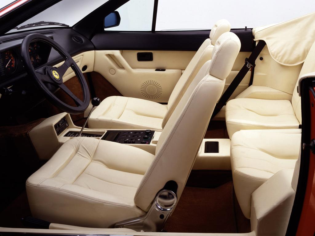 Den snitsiga, välsydda interiören i en Ferrari Mondial 3.2 från 1985.