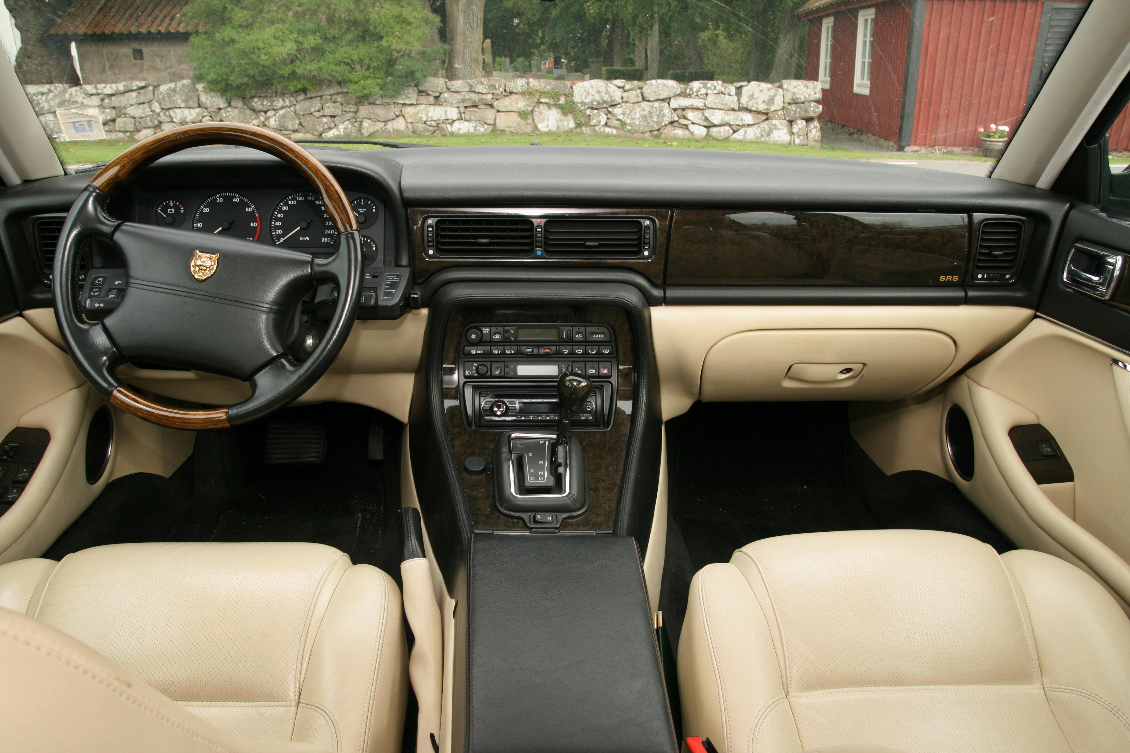 Härlig läderinteriör i Jaguar XJR med en särskild svårdefinierbar Jaguar-känsla. En del plastighet i knappar och reglage.