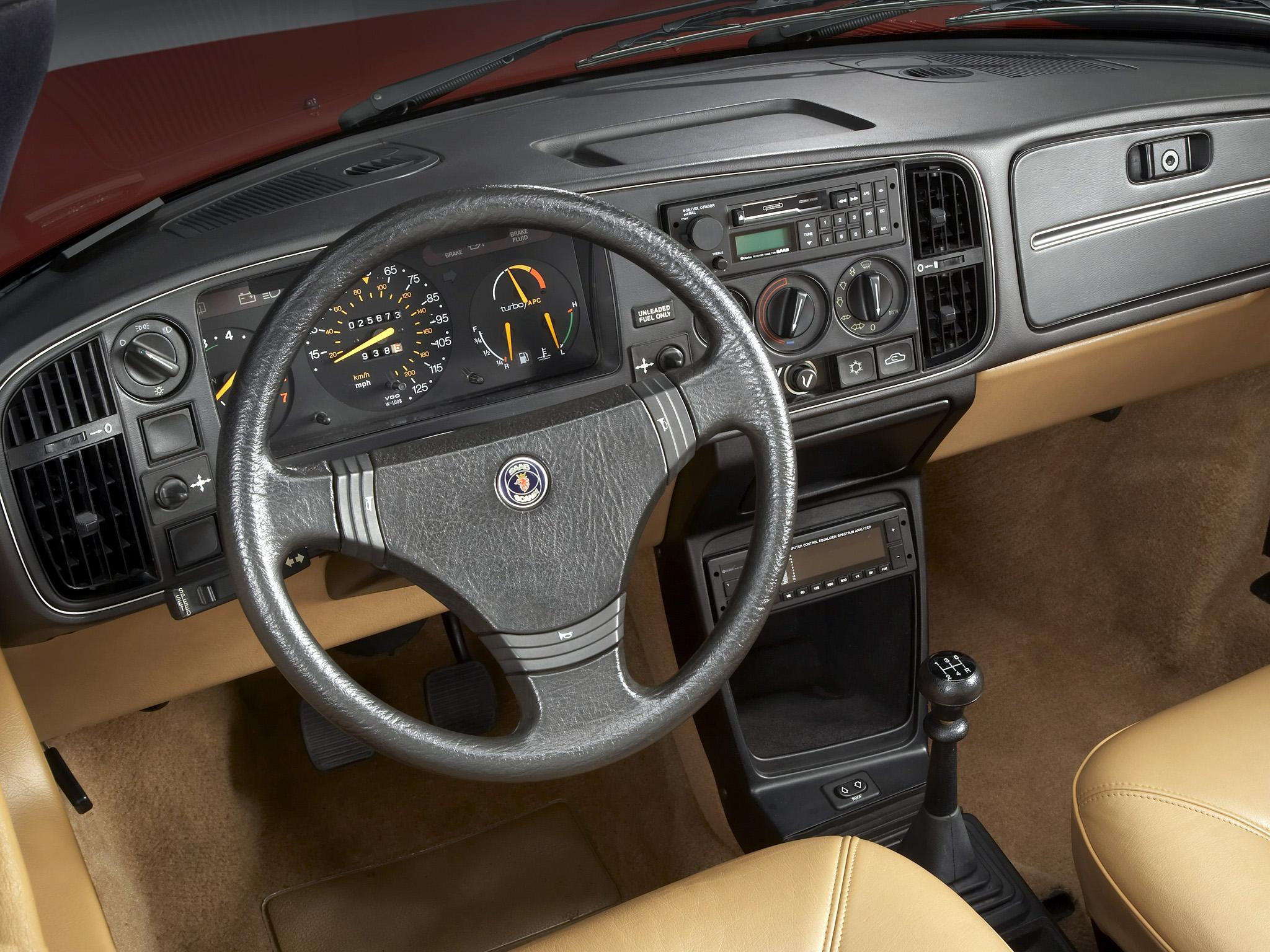 Den utsökt ergonomiska och snygga förarplatsen i Saab 900