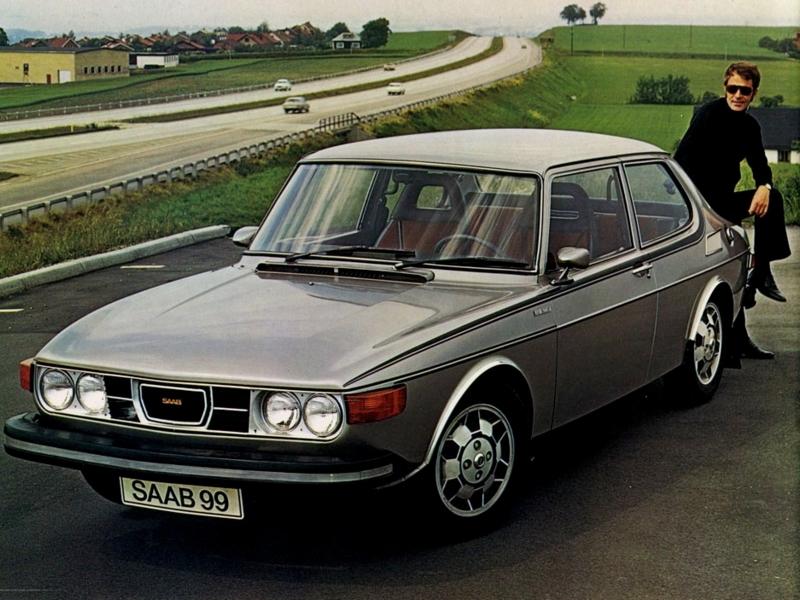 Salta Saab 99 EMS, här från 1975 med USA-lysen. Kolla in den sportiga stripen, de utsnygga aluminiumfälgarna och den sportiga EMS-föraren!