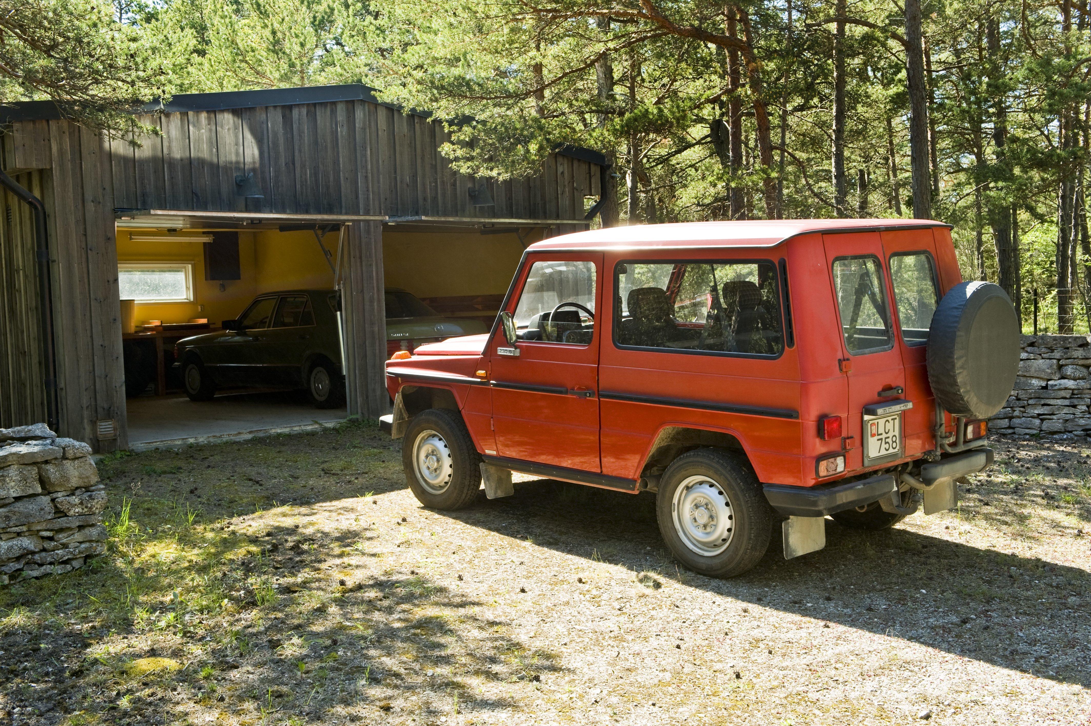 Bergmans korta, något solblekta Mercedes 230 G vid Fårö-sommarstället. I bakgrunden i garaget hans diskreta, gröna 500 SE. Vilken härlig bilpark!