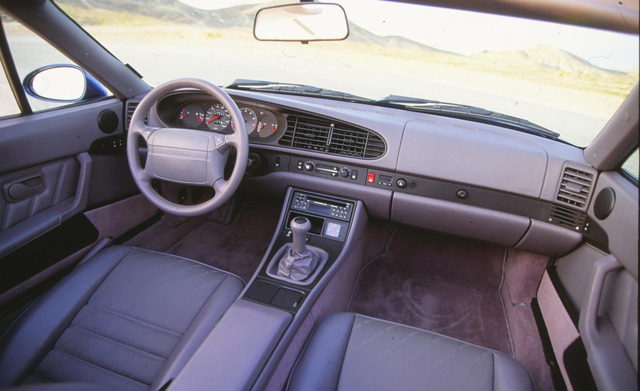 Interiören är ett typiskt stramt, tyskt, kvalitativt Porsche-bygge. En förarplats som verkligen håller i längden.