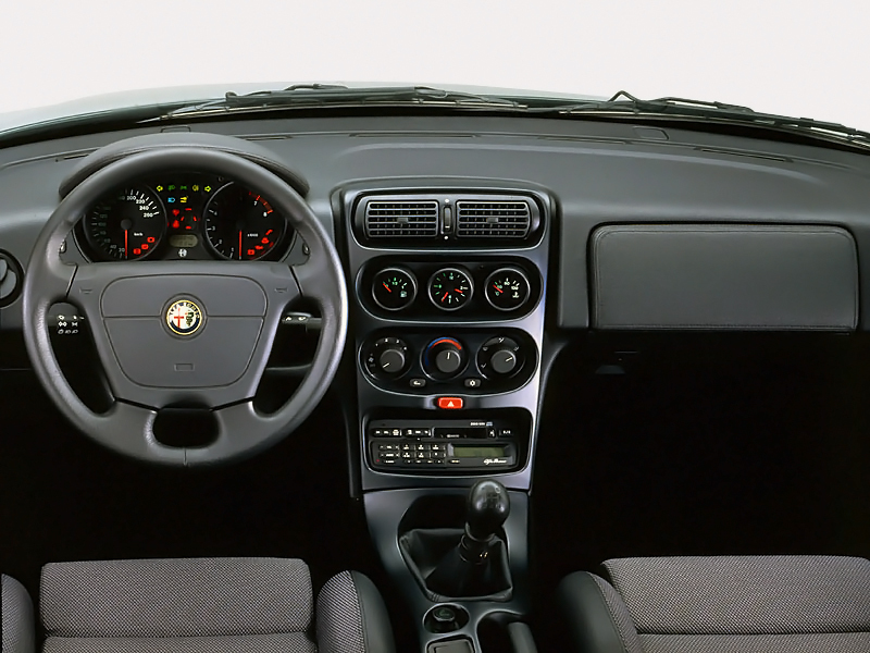 Klassisk sportbilsinteriör med medelmåttigt kvalitetsintryck. Modellen fick uppdaterad interiör 1998.