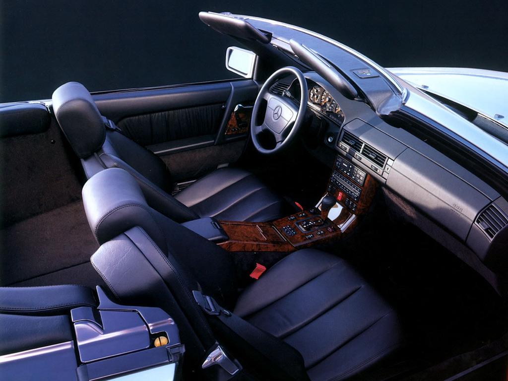 Se den klassiska Mercedes-interiören med strama, föga spännande linjer, utsökt finish och polerat trä på mittkonsolen. Fantastiska stolar för långfärd men R129 ger också rejält med kompakt roadster-känsla.