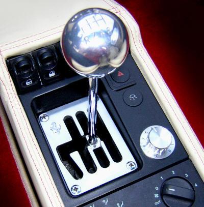 Den berömda växelspaken i en äldre Ferrari med den karaktäristiska kulissen och. metallpinnen och den runda knoppen. Platsar på designmuseum! Bilden visar en F355 från mitten av 90-talet.