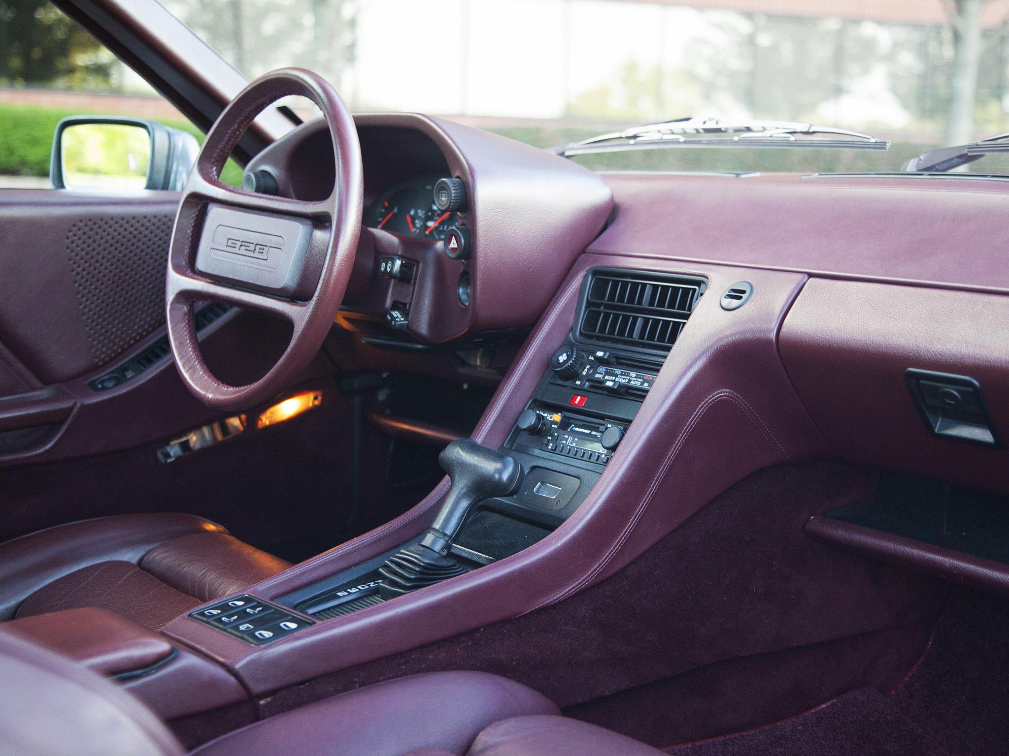 Den enkla, välgjorda och ergonomiska interiören, bilden visar en 928S.