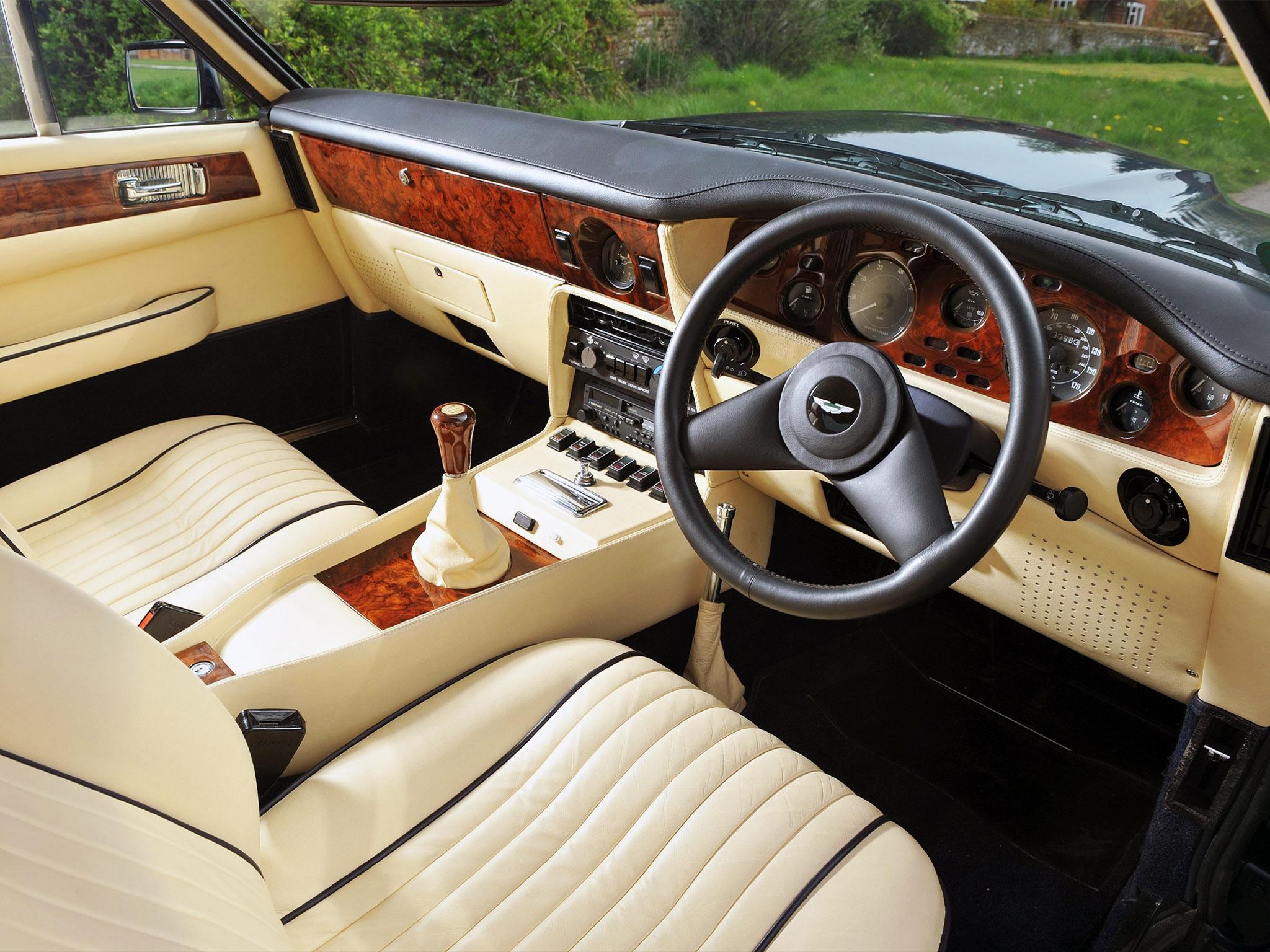 Den gräddiga, handsydda interiören i en V8 Vantage från 1989. De polerade valnötspanelerna infördes vid ett facelift 1978 för att locka fler kunder.