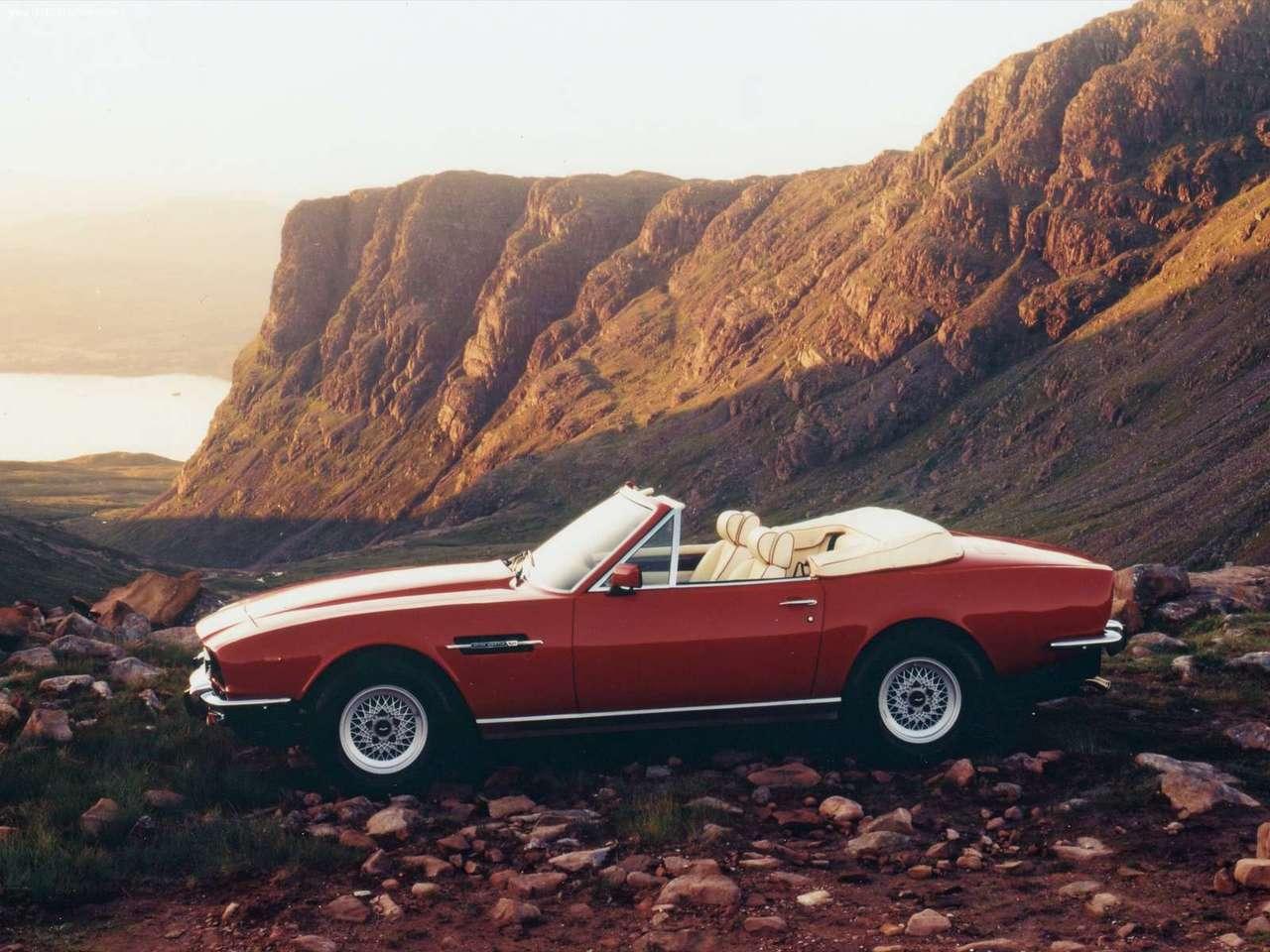 Aston Martin V8 Volante, här en drömmande broschyrbild från Aston-fabriken