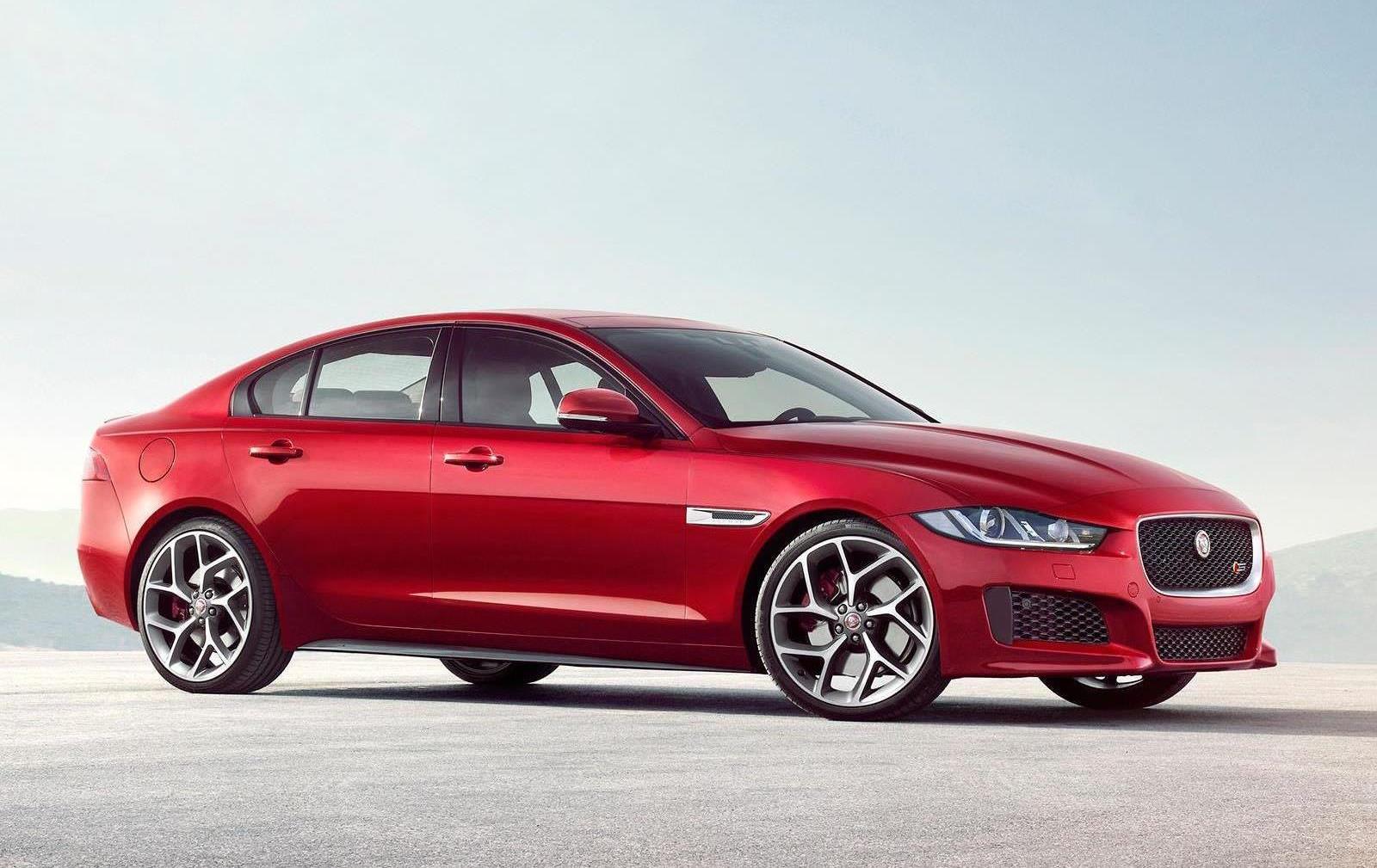 Nya Jaguar XE, en utstuderad sportsedan i mellanklassens premiumsegment och därmed en rak höger mot BMW 3-serie. Här toppmodellen XE S med kompressor-V6 hämtad från de större Jaggorna. Storsäljarna blir dock fyrcylindriga.
