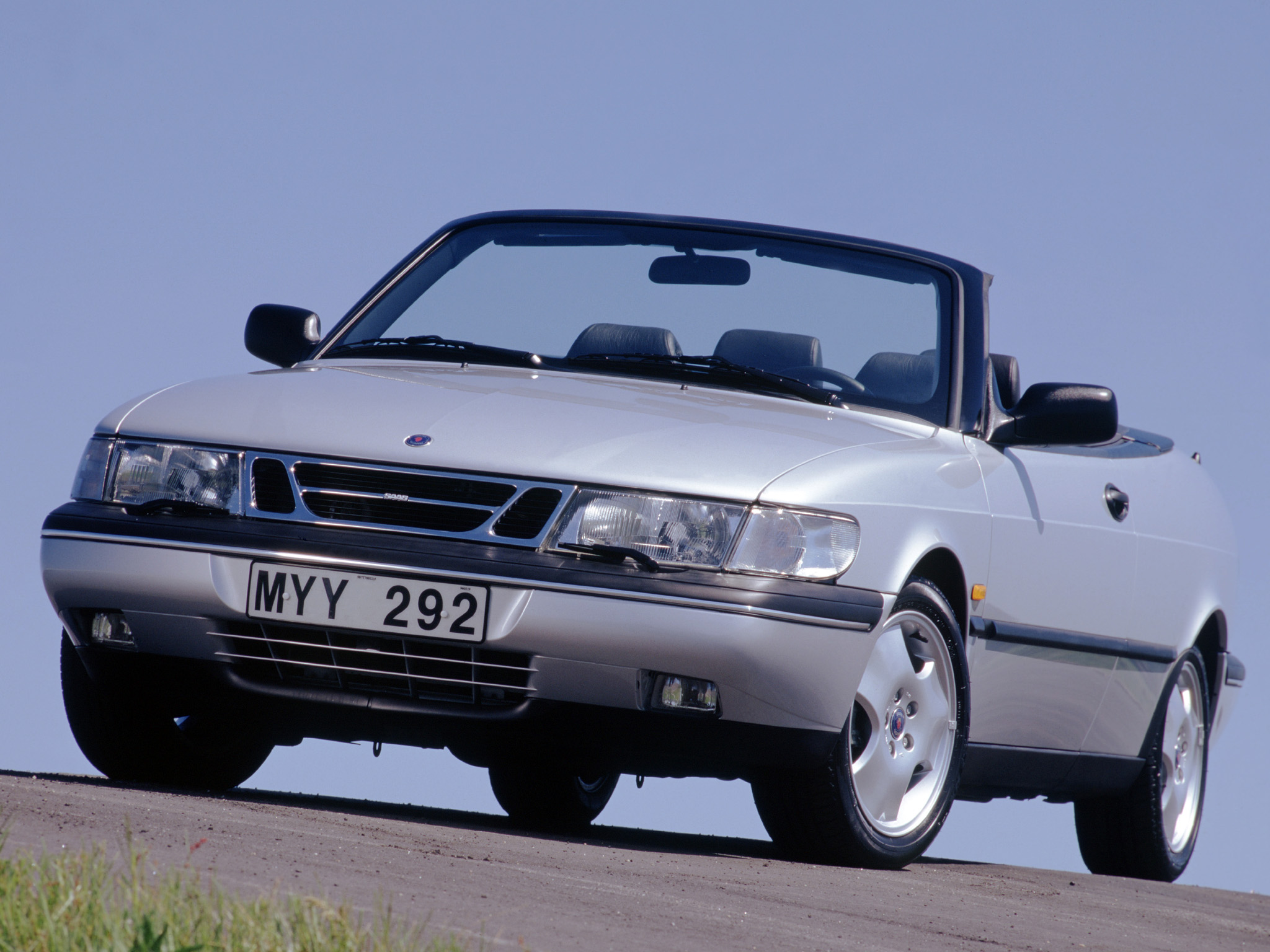 Andra generationens Saab 900 med premiär 1993, en relativt medelmåttig vagn men både kompetent och populär i det för USA så viktiga Cabriolet-utförandet (som på bilden).