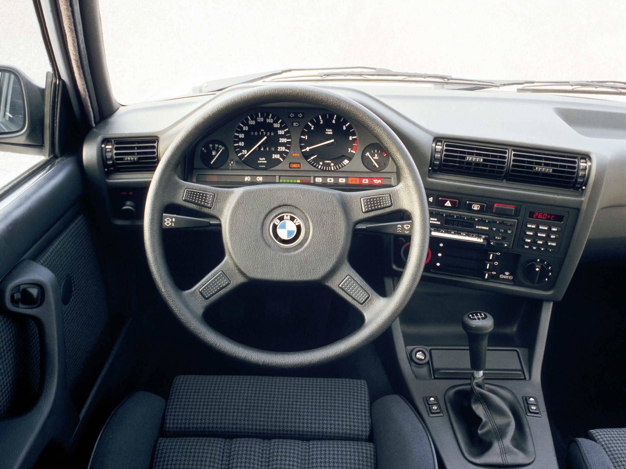 Instrumenteringen i en 3-serie E30. Själva sinnebilden för en förarplats i en BMW, nog platsar den på designmuseum!