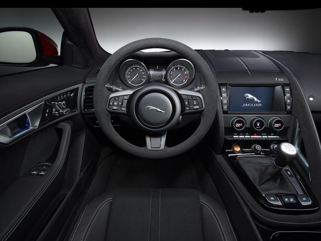 Den välgjorda sportbilsinteriören i Jaguar F-Type. Här draperad i alcantara och utrustad med den efterlängtade manuella lådan.