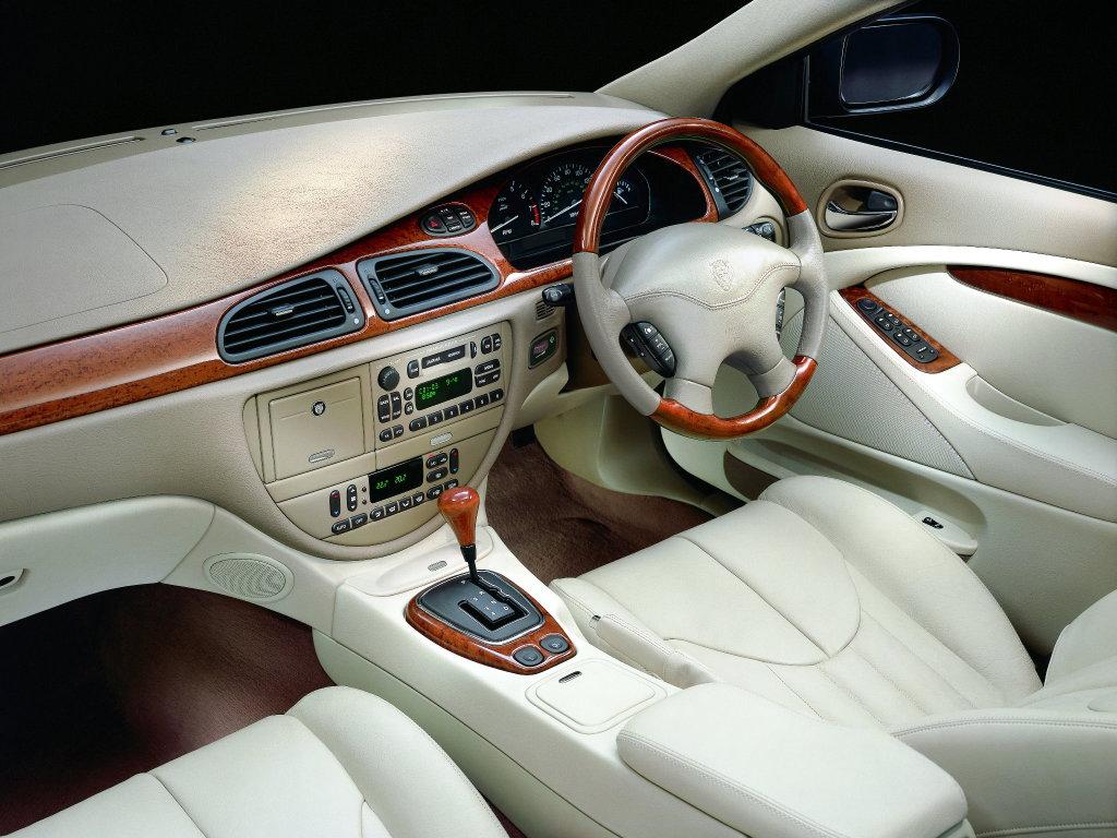 Den gräddiga, lätt Amerika-smakande interiören i S-Type. Inte lika homogen som en BMW 5-serie.