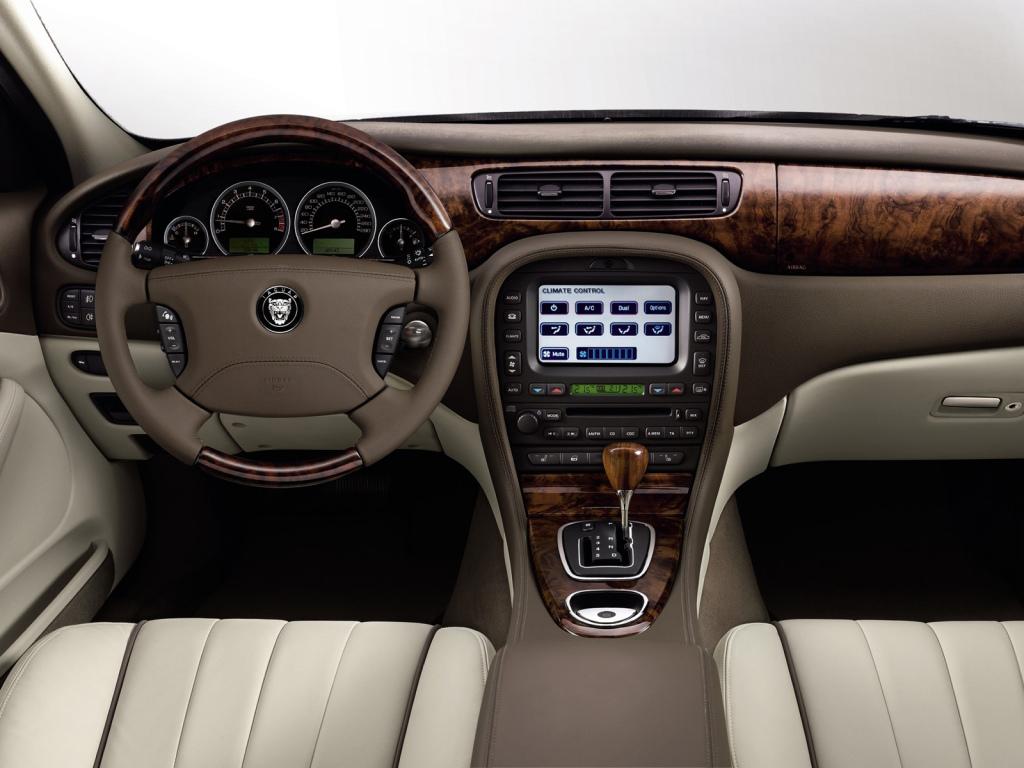 Bättre känsla och design i uppdaterade S-Type från 2002 och framåt. Detta är en sen bil från 2005-07.