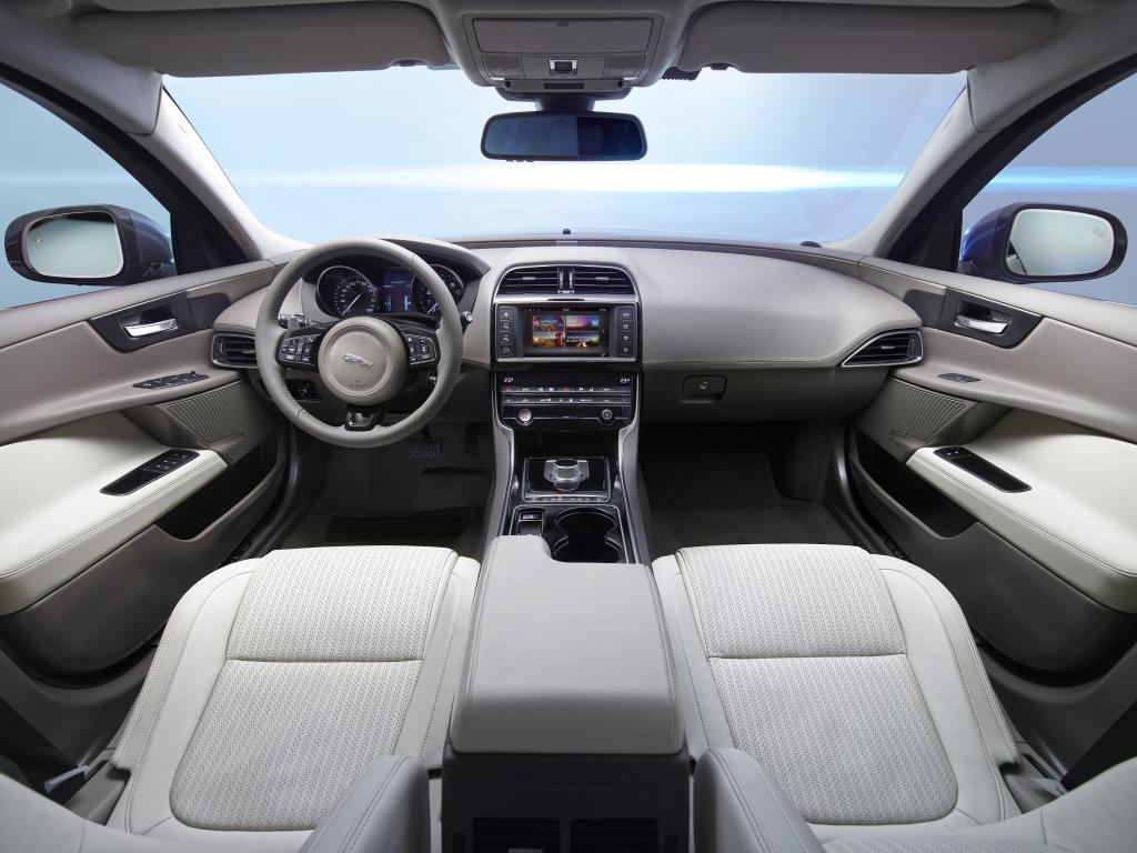 Ljust, trevligt och modernt i nya XE. Bilden visar en fyrcylindrig bil med automatlåda. Nu hänger det på att materialval och sammansättning håller anständig premiumnivå för att blidka de kräsna premiumkunderna.