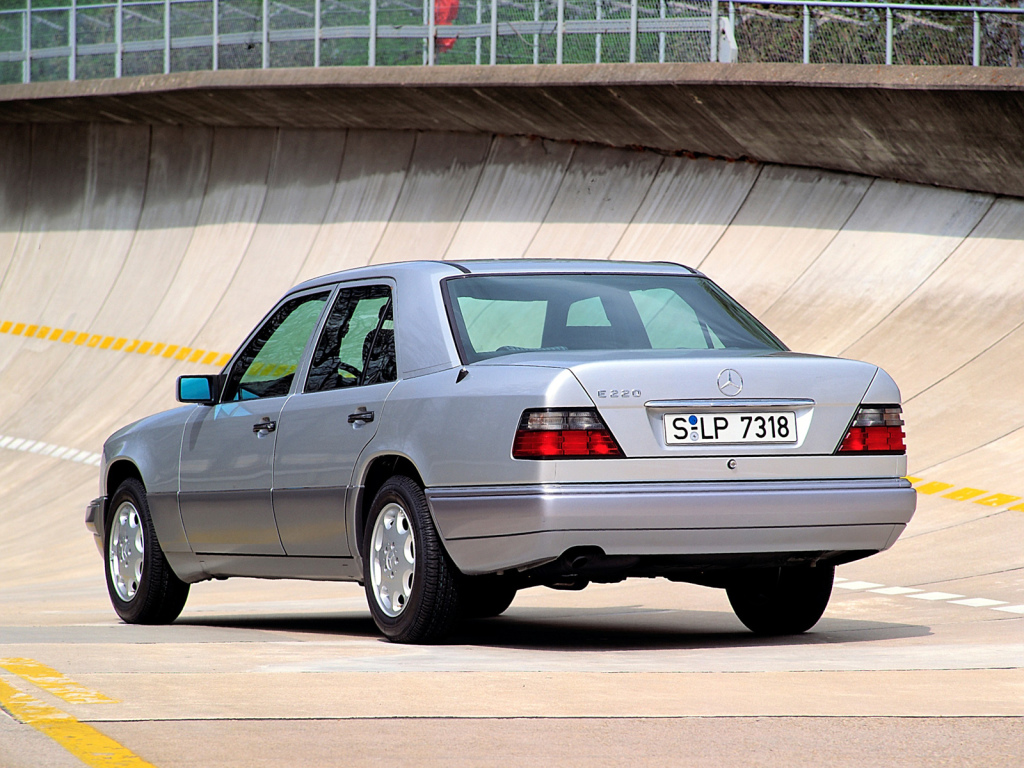W124 i sitt sista utförande som infördes till -94 års modell. Tydligt moderniserad bakstam och ny nomenklatur.