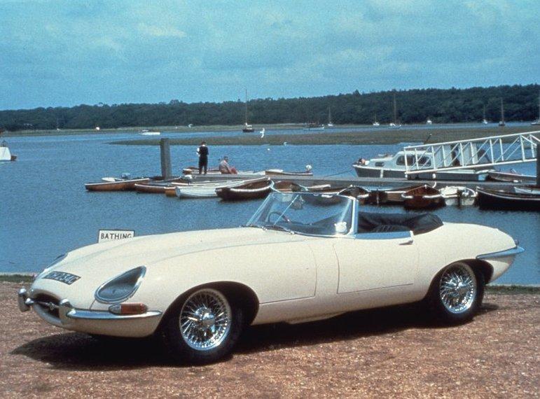 E-Type i sitt första utförande kallat Serie I, här i form av en öppen Roadster. E-Type anses ofta som världens vackraste bil och var bland det coolaste man kunde visa sig i vid början av 1960-talet. Många var de pop- och filmstjärnor som skaffade sig en när det begav sig. Prisvärda, närmast billiga, då. Svindyra idag.