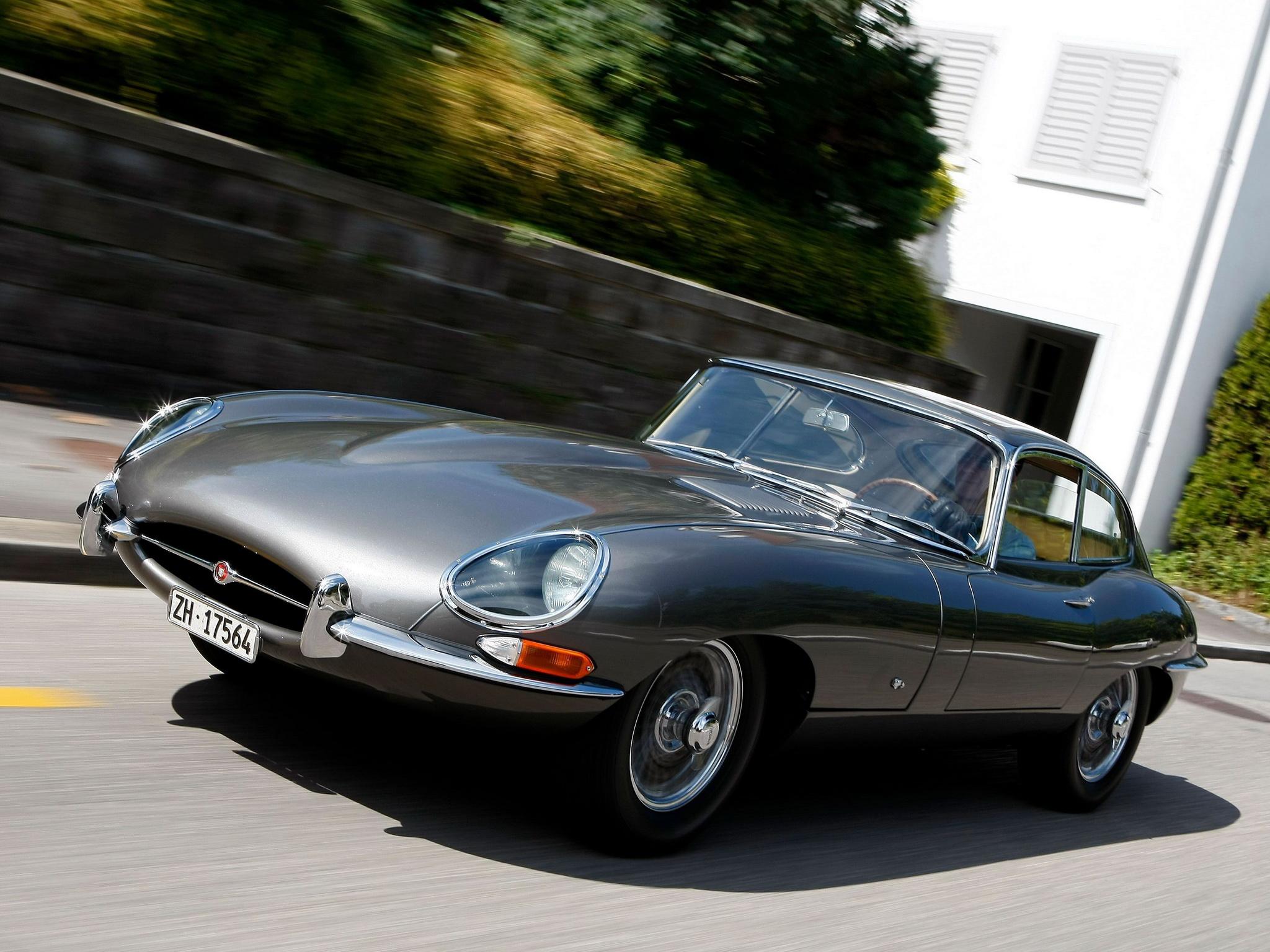 Jaguar E-Type från 1961, här i coupé-utförande.