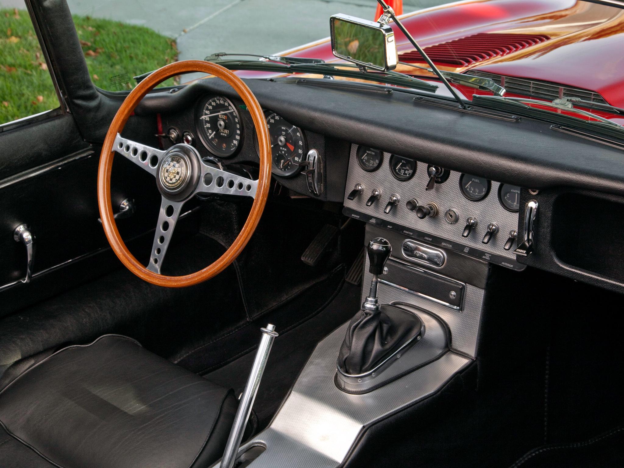 E-Type var nog urtypen för hur en riktig sportbilsinteriör skulle se ut. Här instrumentbrädan i en Serie I.