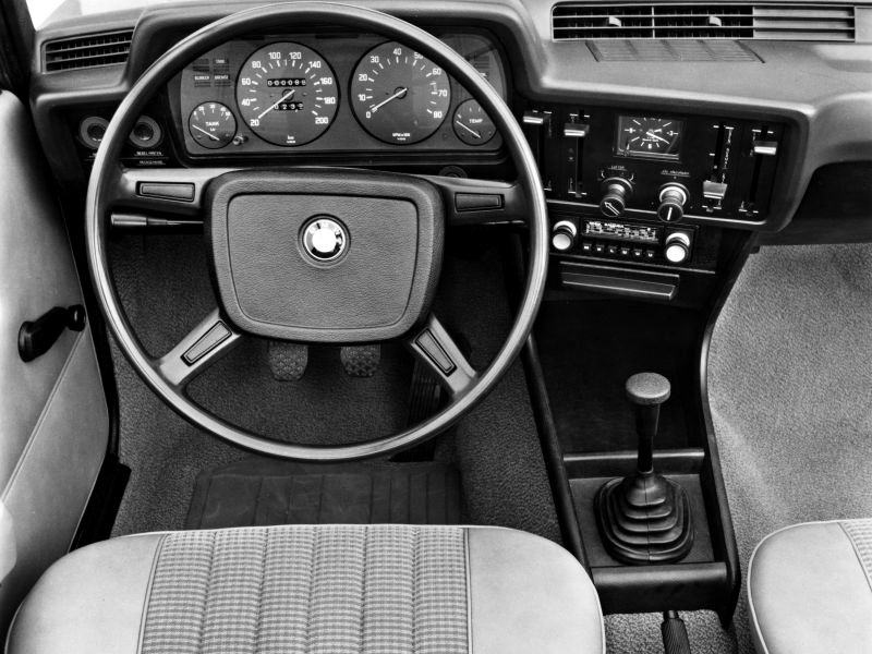 Den tydliga instrumentpanelen har varit stilbildande för alla efterföljande BMW-interiörer. Enkelt, välgjort, ergonomiskt och BMW-klassiskt!