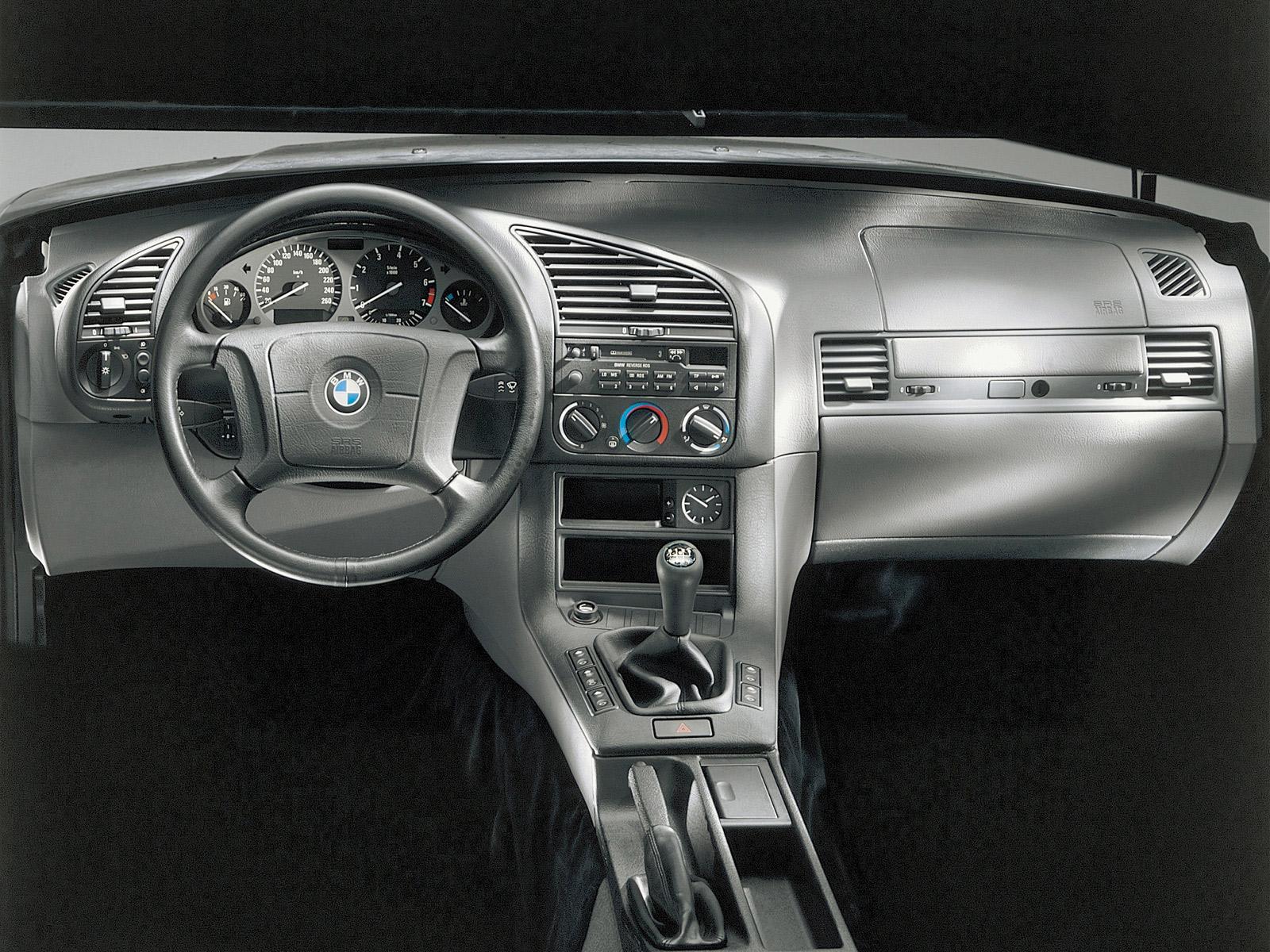 Den säregna, sportiga och mycket ergonomiska instrumentpanelen i en E36 3-serie. BMW när det är som bäst!