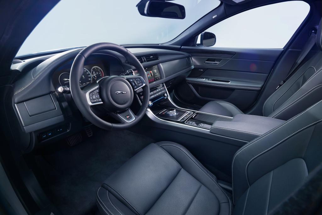 Den moderna interiören i nya XF, fjärran från gamla Jaguarer men en logisk fortsättning på stilen i stora XJ och lilla XE. Nu hänger det på att materialval och sammansättning håller BMW- och Audi-nivå.