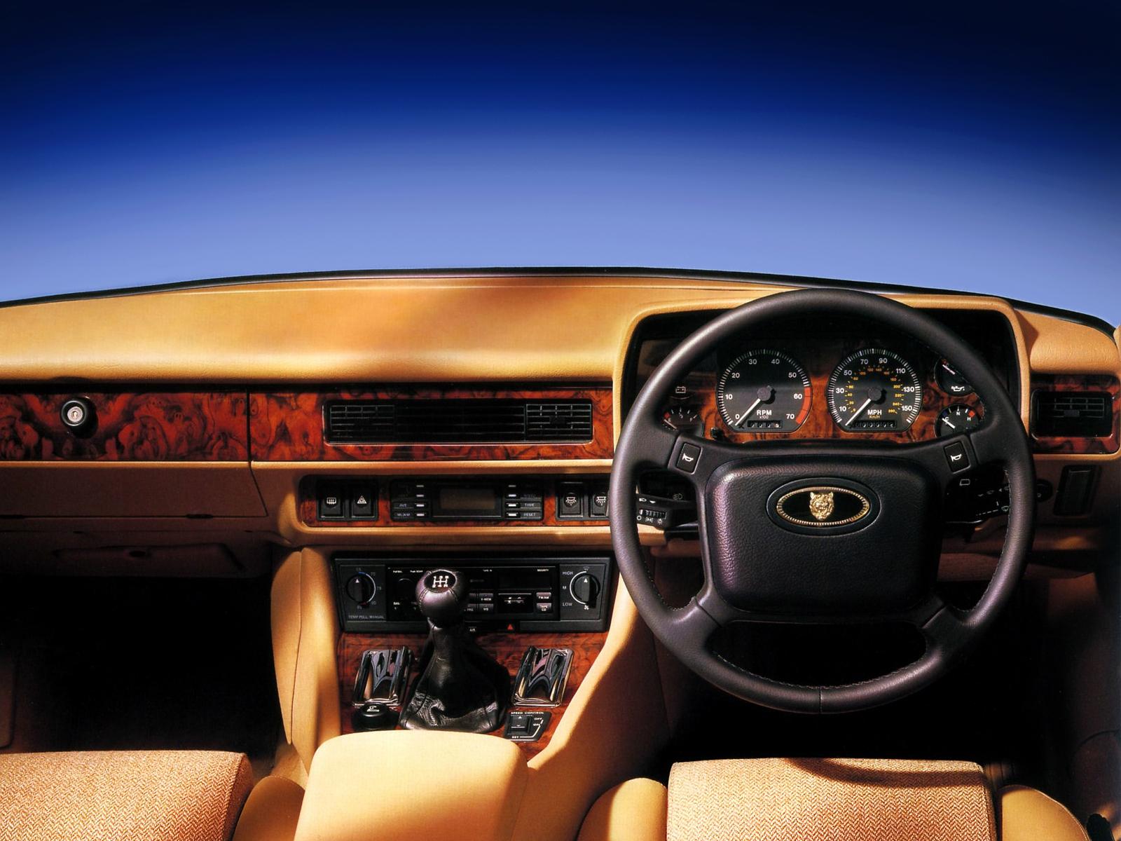 Den lyxigt propra och trånga interiören i XJS. Bilden visar inredningen i en bil av -92 års modell eller nyare, här med den udda kombinationen av manuell låda och tweed-klädsel!