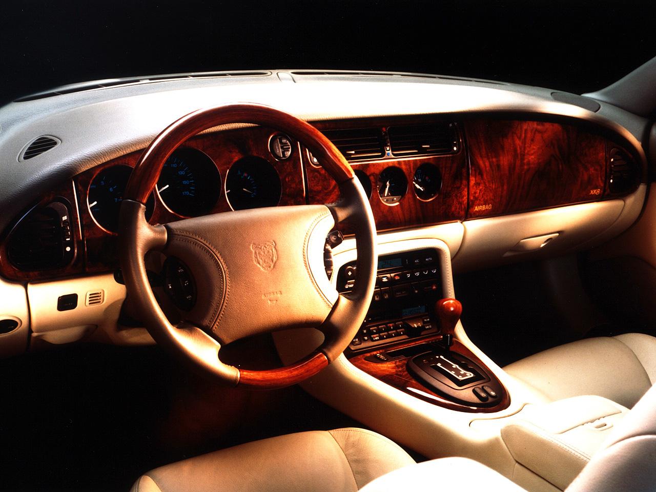 Den krämiga, klassiskt formade interiören i XK8. Rikliga mängder läder och trä men inte samma känsla i detaljer som äldre Jaguarer.