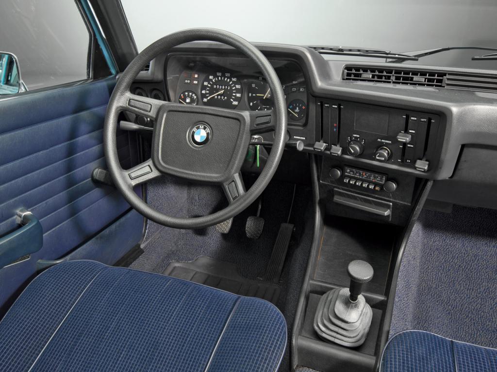 Den närmast överdrivet enkla och tydliga instrumenteringen i första 3-serien, E21 från 1975. Själva sinnebilden för en förarplats i en BMW, nog platsar den på designmuseum? Och därför bör den stå modell för en ny 3:a!