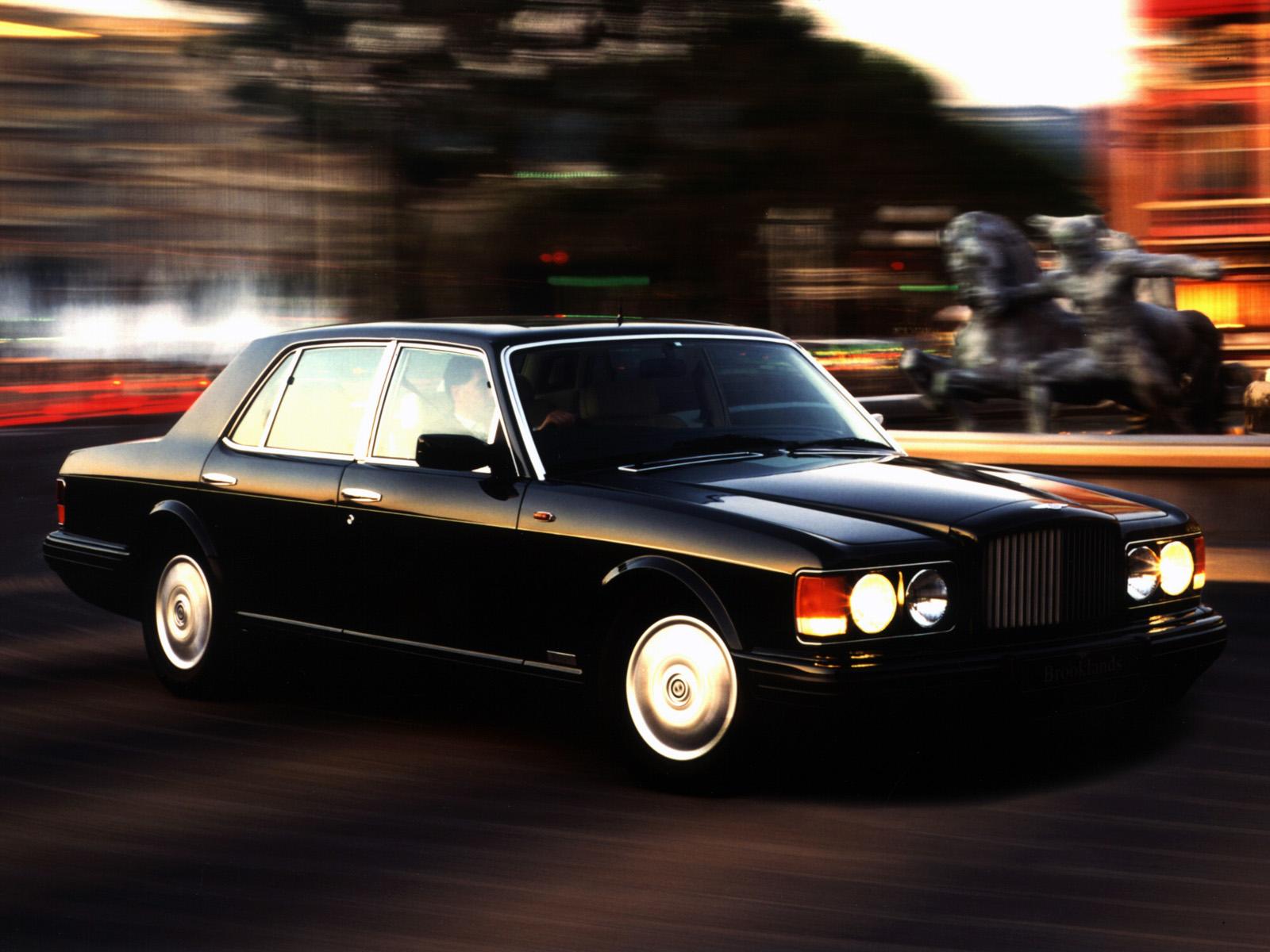En Bentley Brooklands R, denna generations sista utförande, tillverkad 1995-98. Notera den lägre grillen.