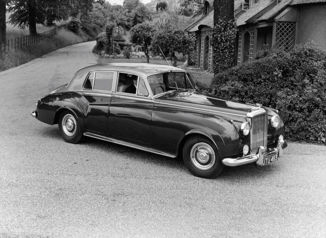 Bentley S-serie tillverkades i drygt tio år under 1955-66 som S1, S2 och S3 och var identisk med Rolls Royce Silver Cloud. Bilden visar en tidig S1.
