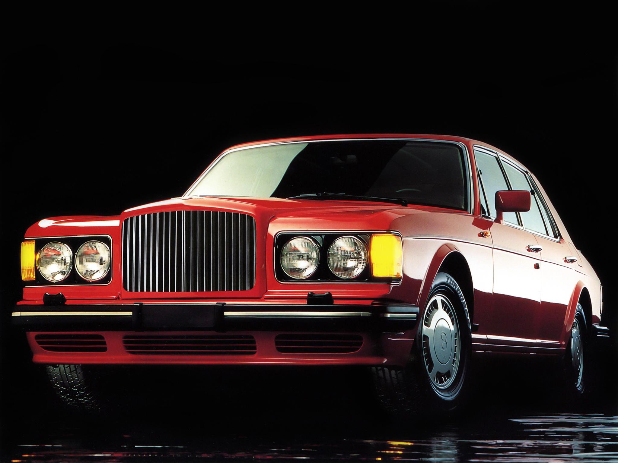 Den sportiga Bentley Turbo R, här med de dubbla runda lysena som kom 1989.