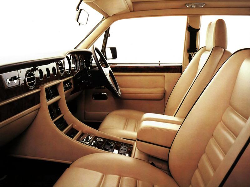 Det utsökta handarbetet i en Bentley Turbo R och en tydligt sportigare miljö än Rolls-syskonen: Skålade säten, treekrad läderratt och varvräknare, men fortfarande rattväxel! 1992 kom modernare golvspak.