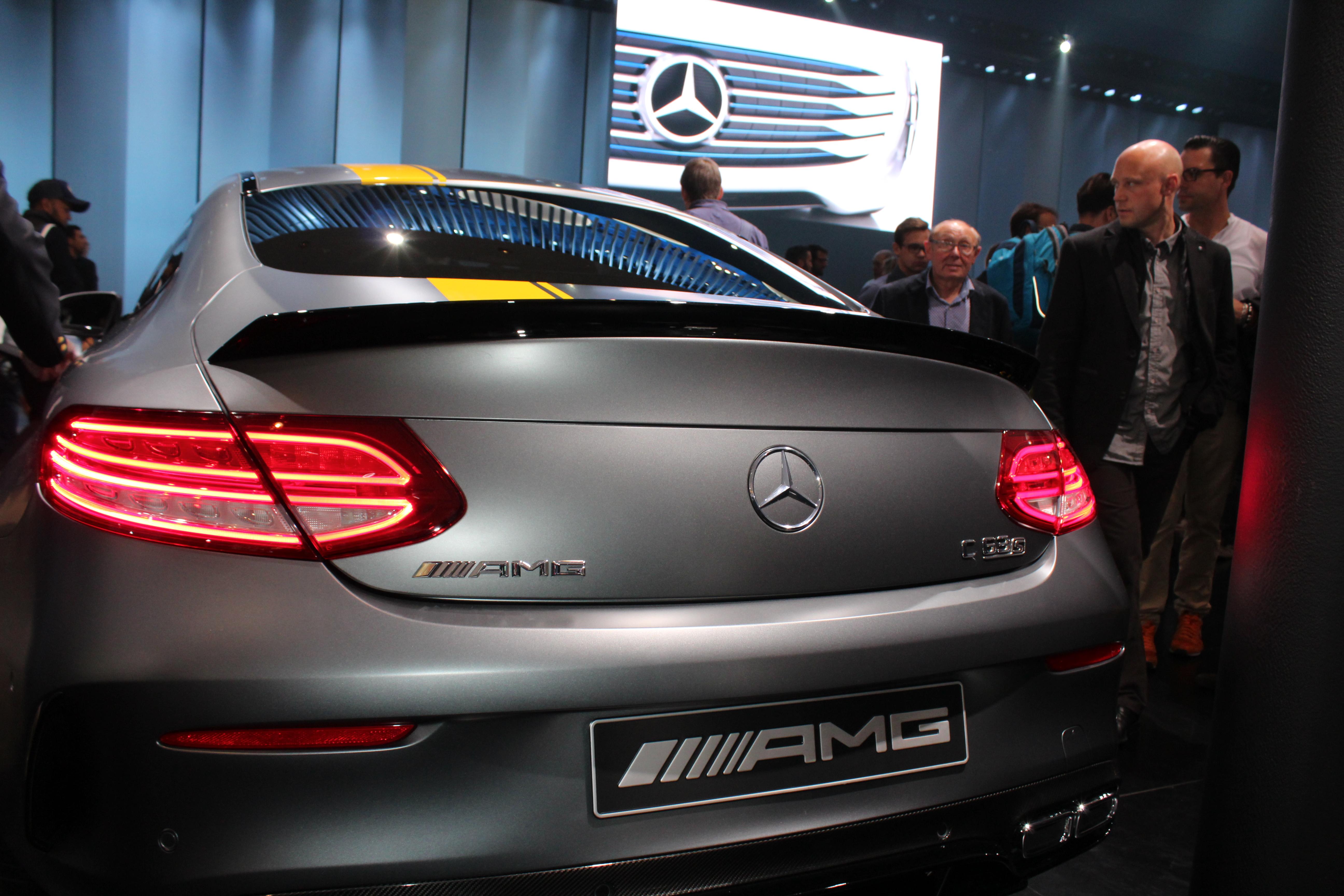 Nya Mercedes C-klass Coupé visar baken. Här muskelstinna AMG C63 S i sitt läckra Edition 1-utförande. Militärisk lack och gula fartränder. Går som ett skott givetvis!