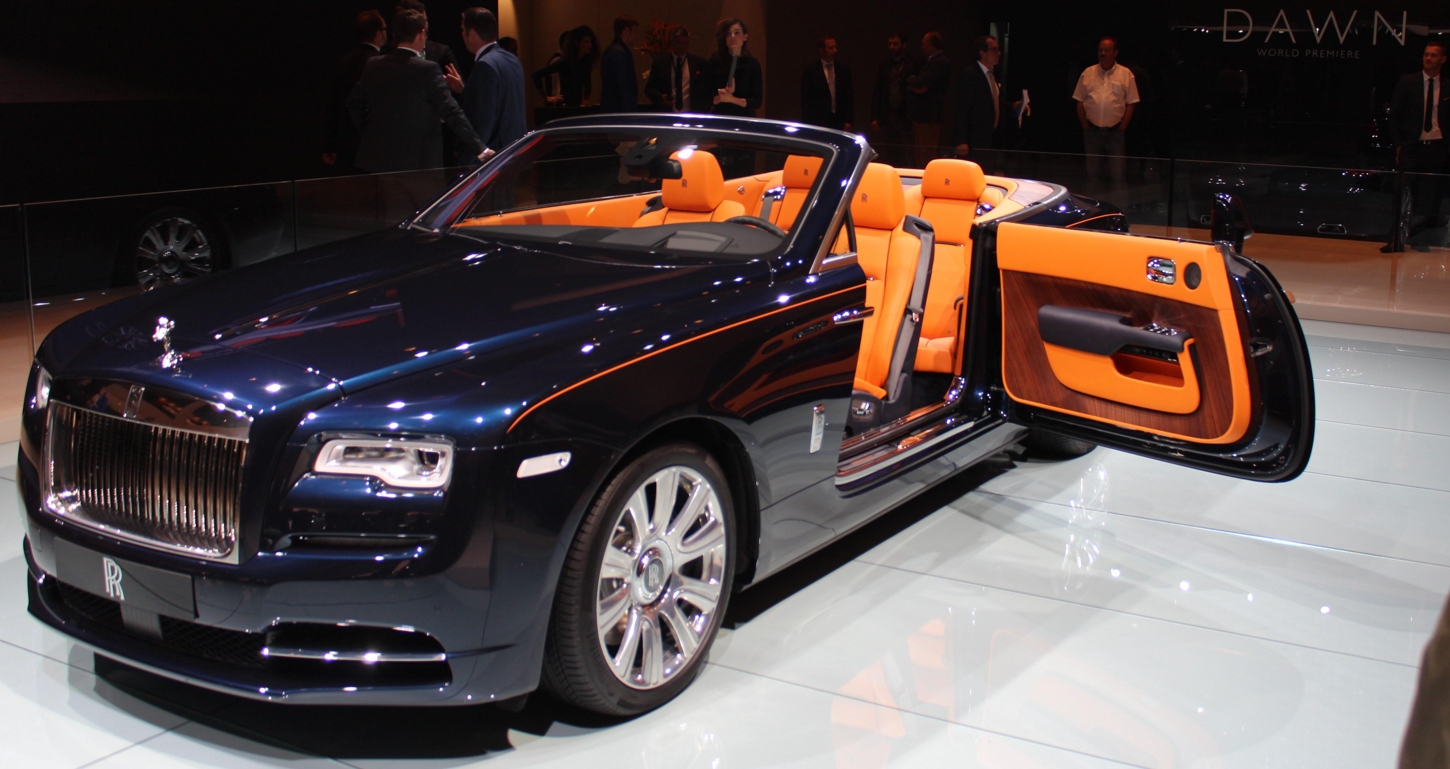 """Rolls Royce Dawn, märkets """"lilla"""" cabriolet (!). Förtjusar med sina självmordsdörrar. Mässans vackraste vagn?"""