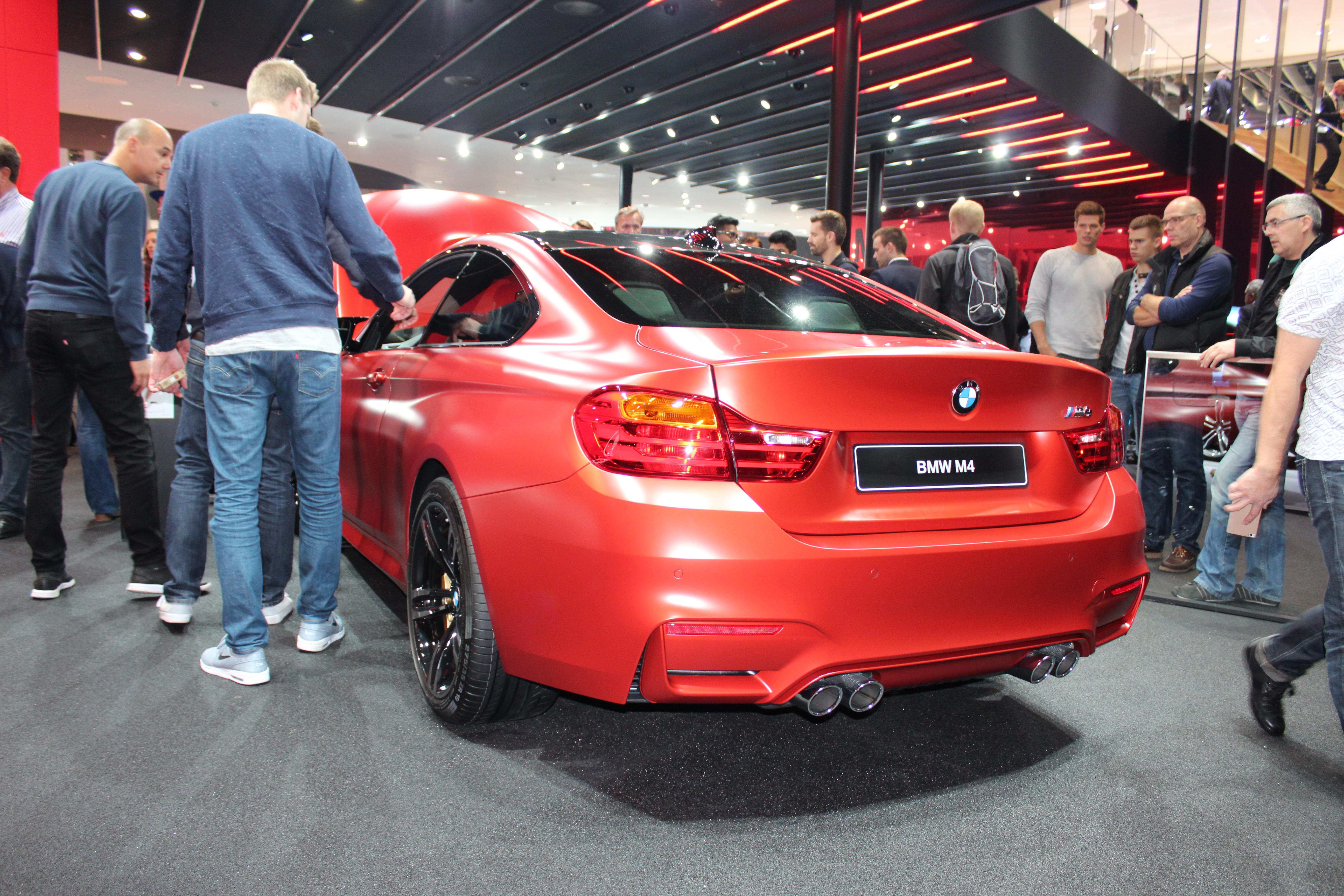 BMW M4 i någon sorts hallonsorbet-färg. En riktig feting!