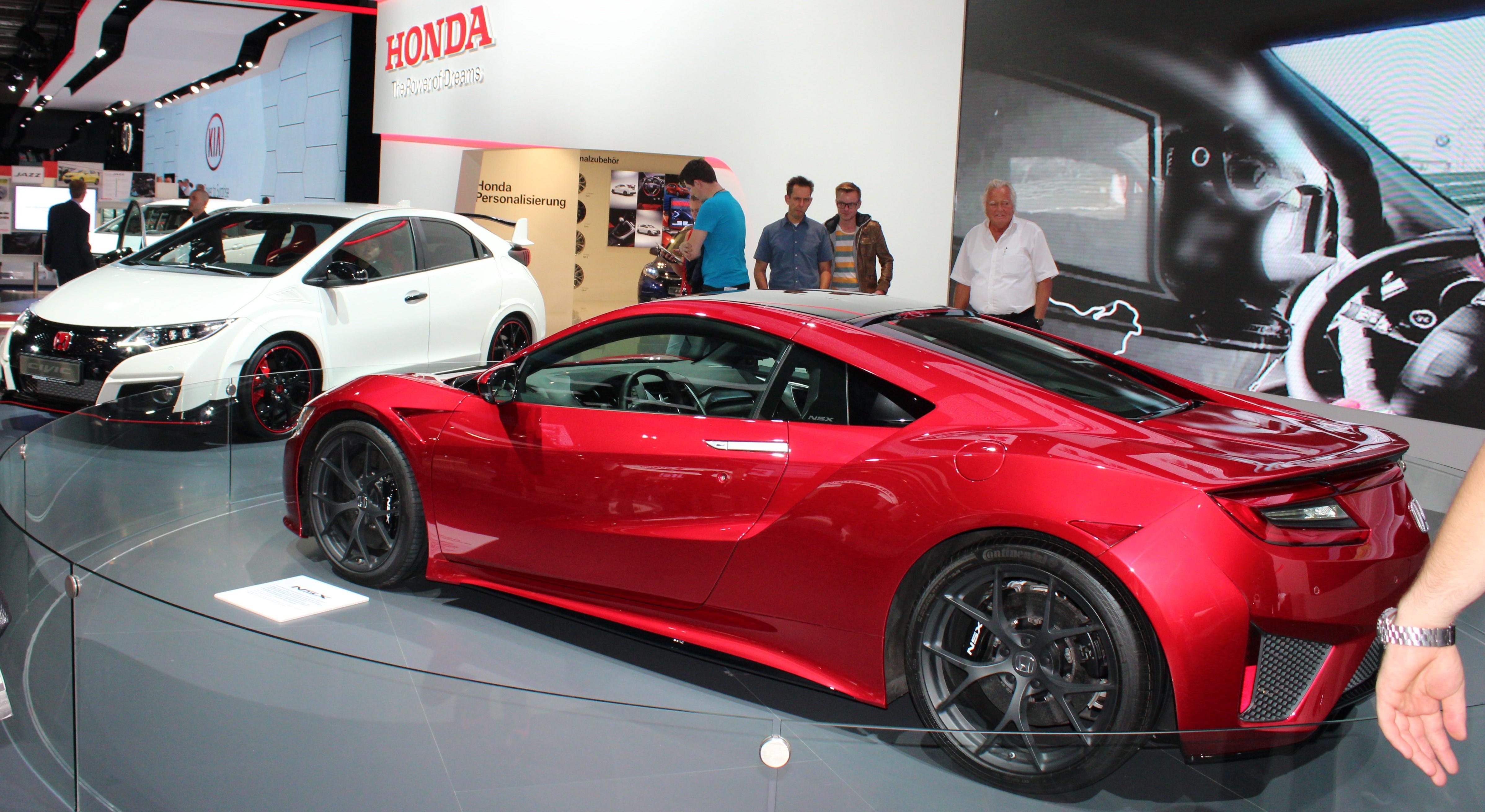 Nya avancerade Honda NSX ska ge Porsche 911 en riktig match. I bakgrunden nya Civic Type-R, en värsting som strimlar sönder Golf R med 310 turbo-laddade hästkrafter.