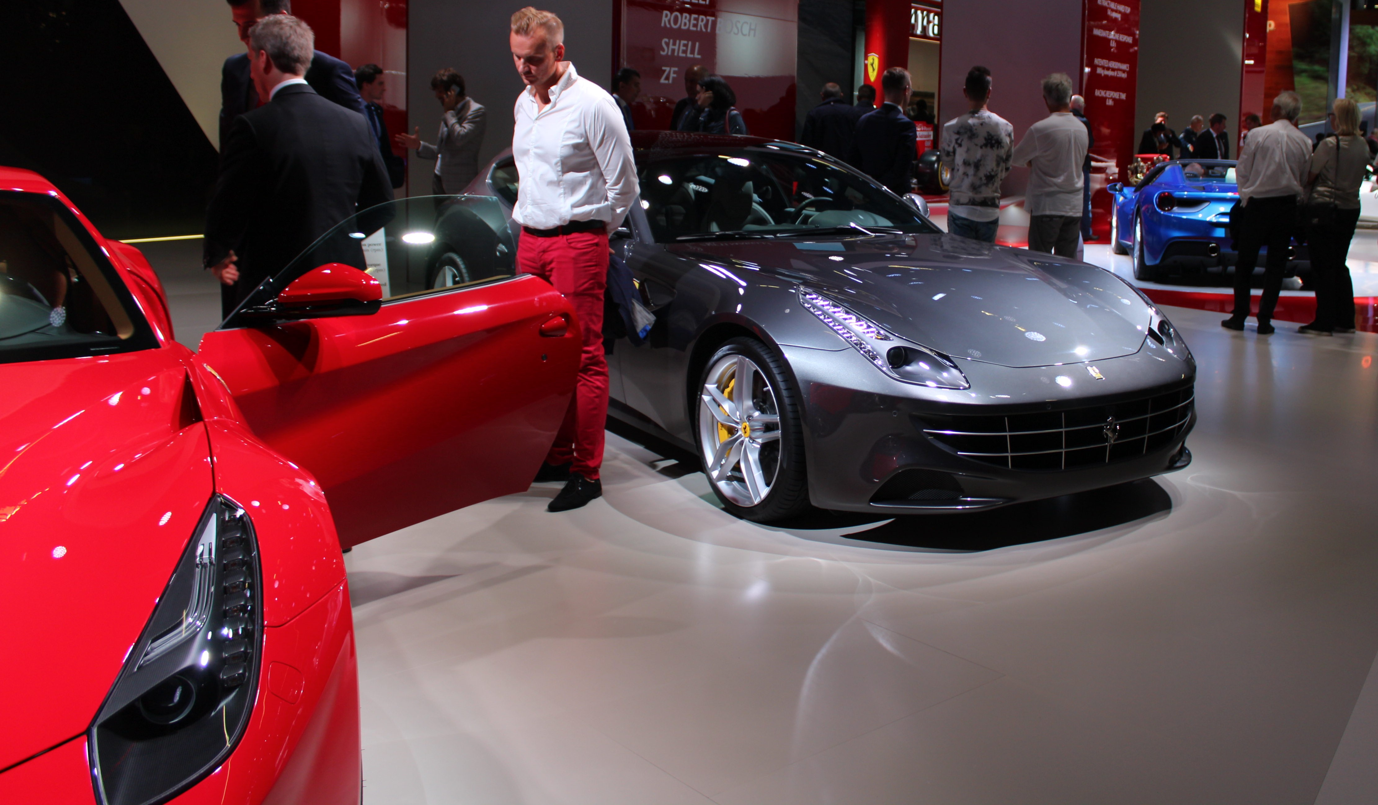 Effektstinna superbilar i Ferrarimontern. På bilden (från vänster) syns toppmodellen F12 Berlinetta, fyrsitsiga FF och i bakgrunden nya 488 Spider. Här har vi världens bästa sportbilar.