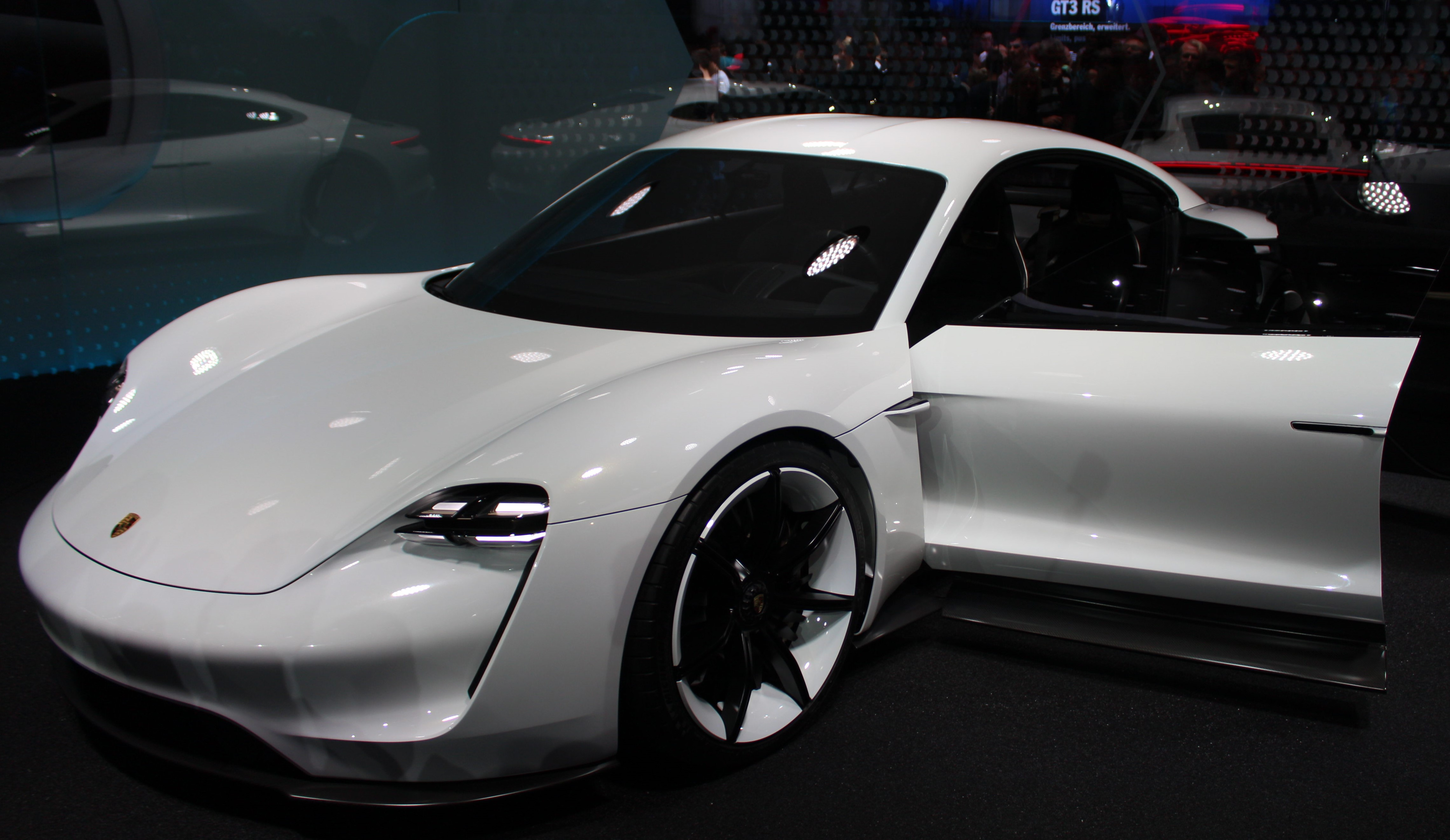 Läckra el-sportsedanen Concept Mission-E lär stå modell för en ny fyradörrarsbil under Panamera och ge en försmak på en framtida designlinje.