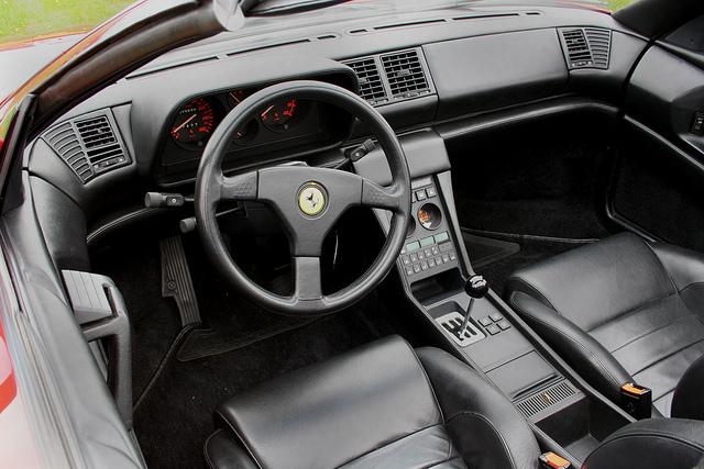 Den snitsiga, välbyggda interiören i Ferrari 348. Fortfarande hade märkets blar den vansinnigt snygga växelkulissen med dess metallpinne och bakelitklot. Hör hemma på designmuseum!