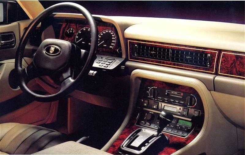 Interiören i en Sovereign efter lyftet 1990. Det syns på de elegant analoga mätarna. Här en bil 1990-92, året efter fick nämligen alla XJ airbag och en ny ratt.