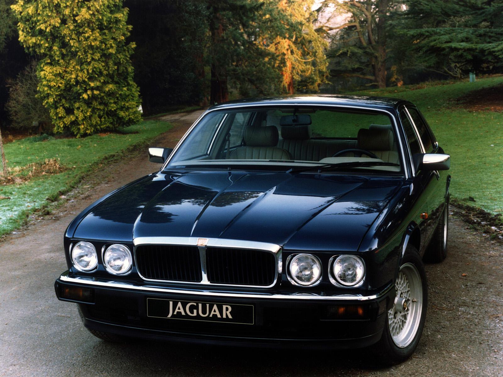 Jaguar XJ12 med de elegant sportiga runda lysena och de ursnygga kryssekerfälgarna. Roar!