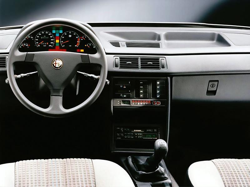 Snitsig interiör som sig bör i en italiensk bil. Kanske smakar det lite Fiat, men snyggt är det ju ändå. Och vilken graciös ratt!