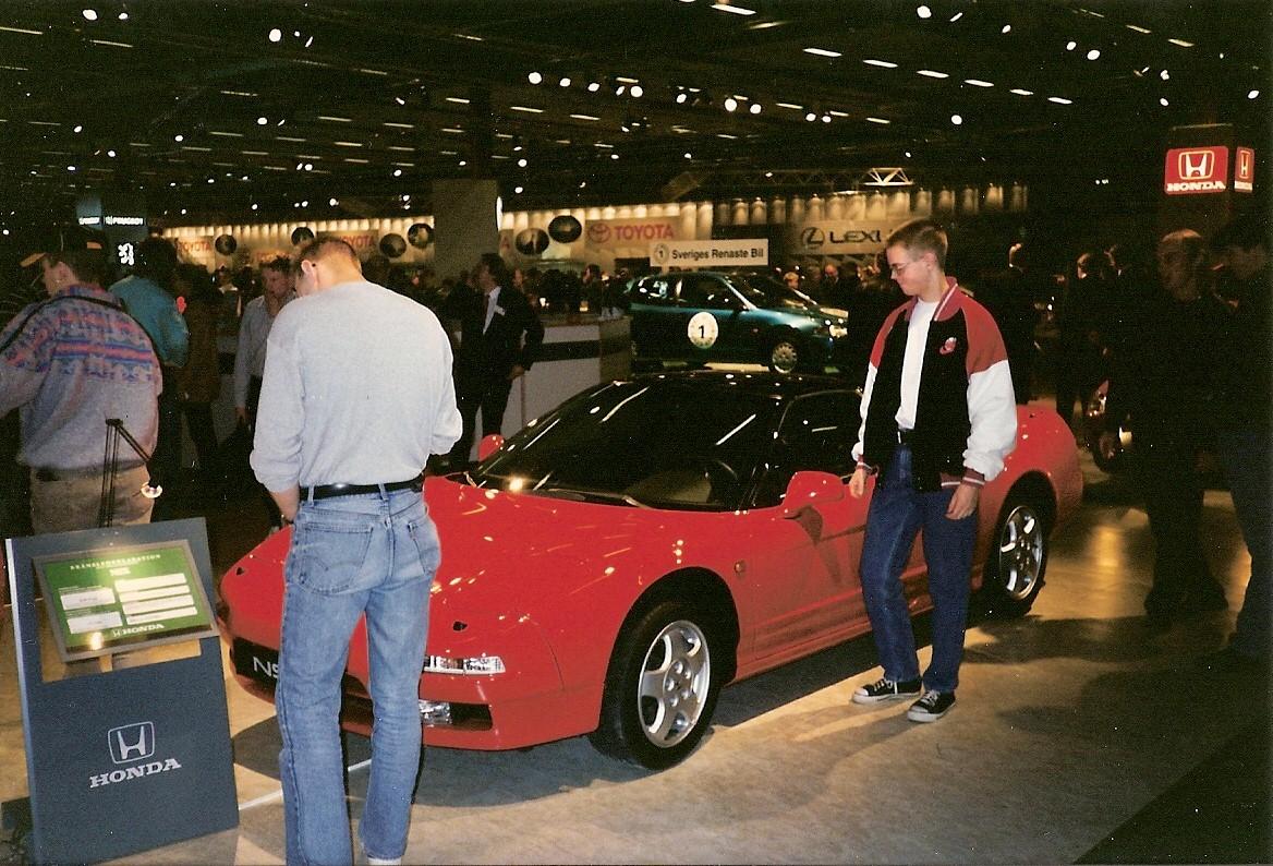 En 90-talsdraperad undertecknad 18-åring på Stockholms bilsalong 1994. Lika hänförd av NSX då som nu!