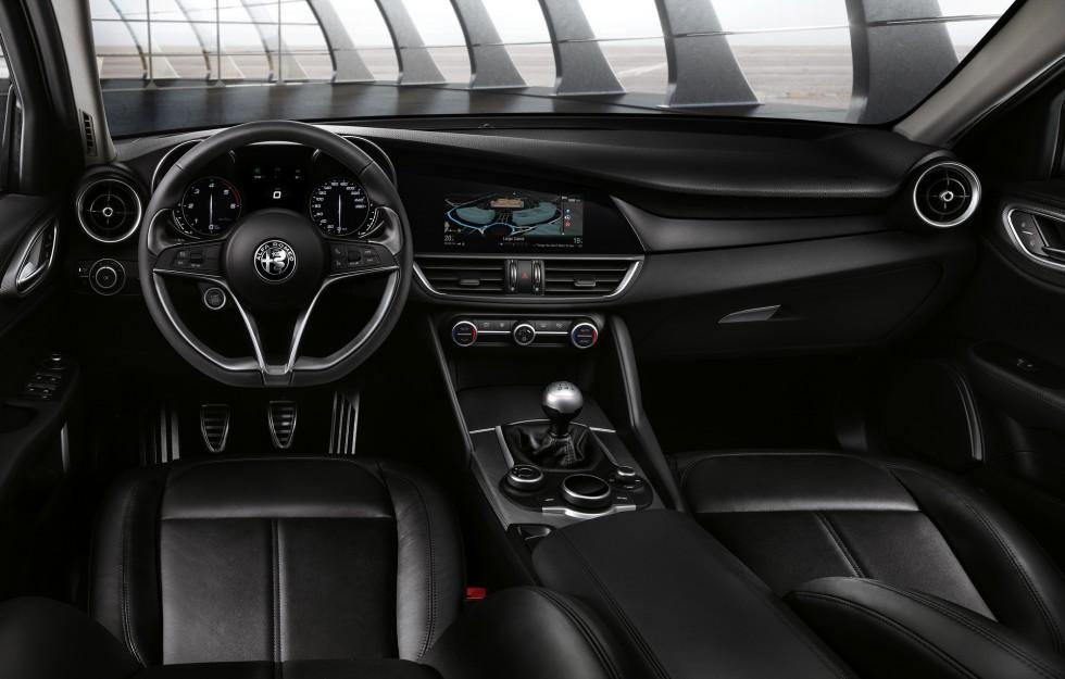 """Moderna former, snygg ratt och mätare med tydliga Alfa-vibbar inuti nya Giulia. Infotainmentsystemet med """"puck"""" á la BMW och Audi känns modernt. Härligt kort växelspak och fin-fin känsla i länkaget!"""