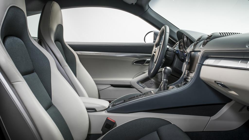 Fokuserad sportvagnsinteriör som sig bör i Porsche 718. Välbyggt till tusen och elegantare än förr.