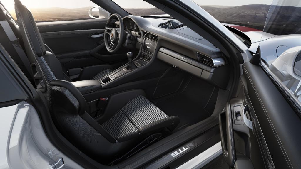 Avskalat och renlärigt inuti 911 R med urläckra lättviktsstolar, manuell växel och minimalt med lyxutrustning.