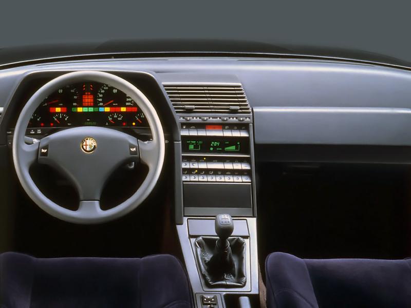 Avantgarde. Högst egensinnig instrumentering i Alfa 164, här den uppdaterade versionen som kom 1993.